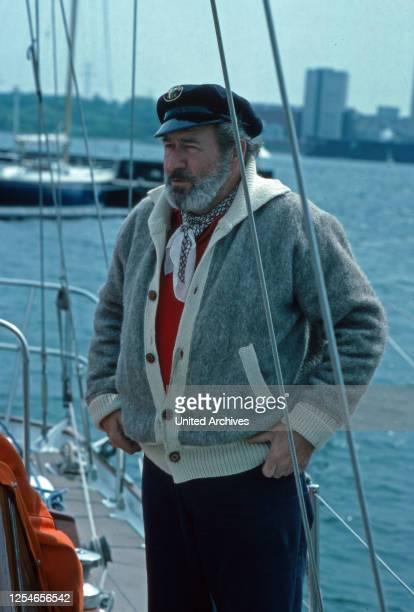 Der deutsche Entertainer und Showmaster Hans Joachim Kulenkampff auf seinem Segelboot, Deutschland 1970er Jahre.
