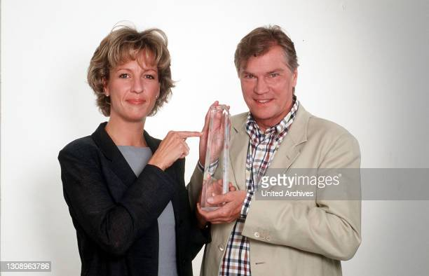 Der Deutsche Fernsehpreis - RTL präsentiert die Mediengala des Jahres: Heute verleihen die vier größten TV-Veranstalter Deutschlands erstmals...