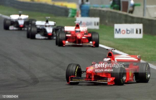 Der deutsche Ferrari Formel 1Pilot Michael Schumacher führt am 2861998 nach dem Start zum Großen Preis von Frankreich in MagnyCours vor seinem...