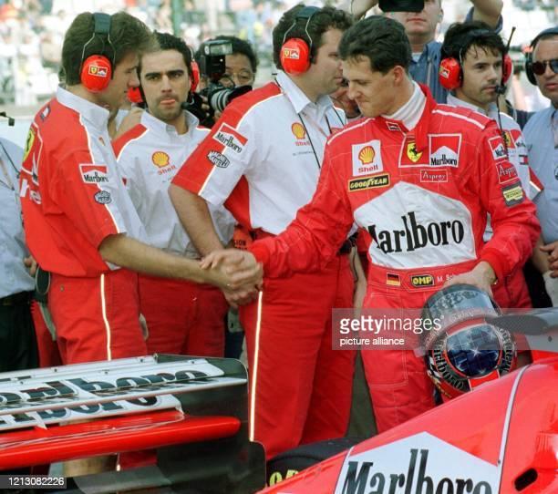 Der deutsche Ferrari Formel 1Pilot Michael Schumacher gibt am nach dem Qualifikationstraining zum Saisonabschluss der Formel 1 im japanischen Suzuka...