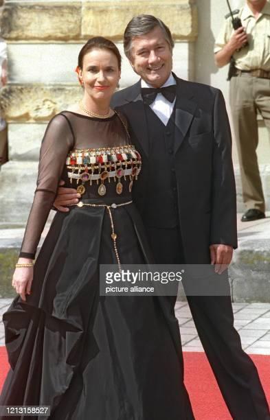 Der deutsche Film und Theaterschauspieler Christian Wolff und seine Frau Marina WolffHandloser kommen am 2571999 zum Festspielhaus in Bayreuth...