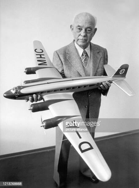 """Der deutsche Flugzeugkonstukteur am 23. Februar 1978 mit einem Modell der legendären """"Condor"""". Tank war von 1931 bis Kriegsende Chefkonstrukteur der..."""