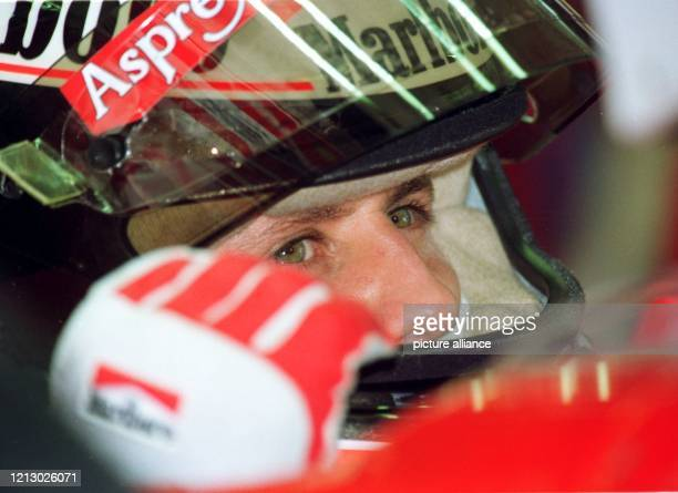 Der deutsche Formel 1-Pilot Michael Schumacher blickt am beim ersten Training zum Großen Preis von Europa an der Rennstrecke von Jerez/Spanien...
