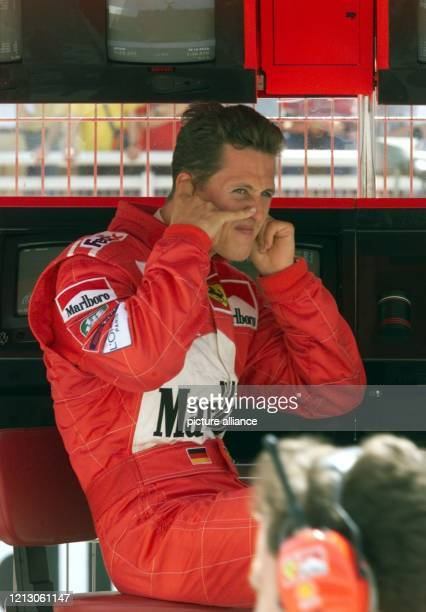 Der deutsche Formel 1-Pilot Michael Schumacher hält sich am am Ferrari-Kommandostand während des ersten freien Trainings am Circuit de Catalunya in...