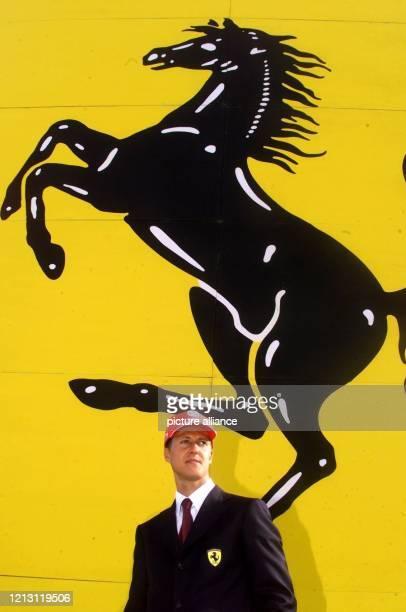 """Der deutsche Formel 1-Pilot Michael Schumacher steht am 7.2.2000 nach der Präsentation seines neuen Ferrari """"F1 2000"""" im italienischen Maranello..."""