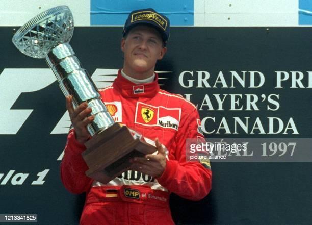 Der deutsche Formel-1-Pilot Michael Schumacher am 15.6.1997 nach dem Abbruch des Grand Prix von Kanada bei der Siegerehrung an der Rennstrecke...