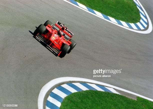 Der deutsche Formel-1-Pilot Michael Schumacher in Aktion in einer Kurvenkombination am während des Qualifikationstrainings auf der Rennstrecke...