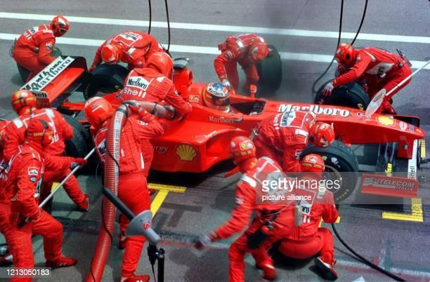 Der deutsche Formel-1-Pilot Michael Schumacher steht am während des Großen Preises von Spanien in Barcelona an den Boxen. Bei der Ausfahrt auf die...