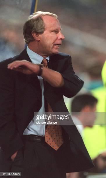 Der deutsche Fußball-Bundestrainer Berti Vogts gestikuliert während der Länderspiel-Partie Polen Deutschland in Zabrze am an der Seitenlinie....