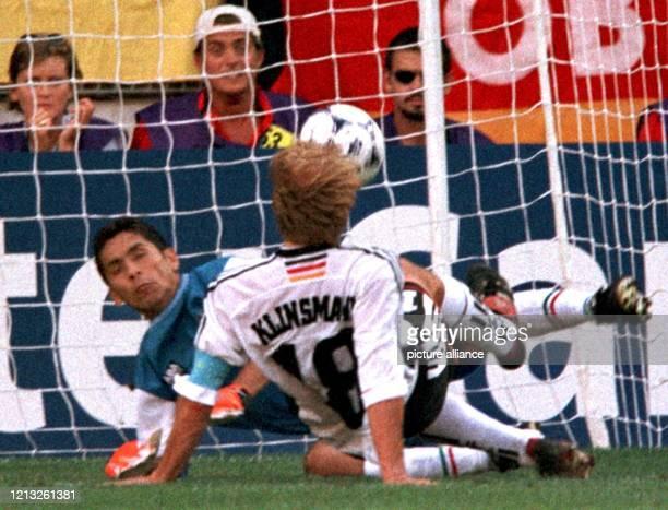 Der deutsche FußballNationalspieler Jürgen Klinsmann überwindet den mexikanischen Torhüter Jorge Campos und erzielt den Treffer zum 11Ausgleich Die...