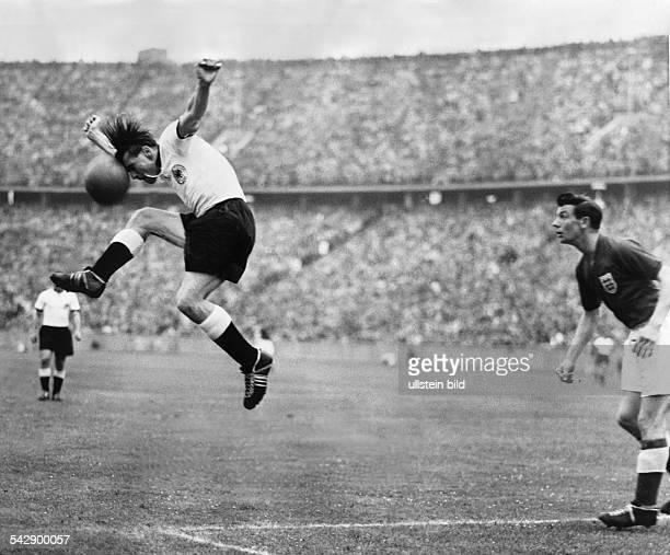 Der deutsche FußballNationalspieler Karl Mai beim Kopfball im Länderspiel gegen England in Berlin