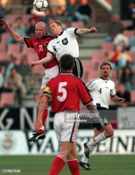 Der deutsche Fußball-Nationalspieler Matthias Sammer versucht am 2.4.1997 in Granada vor dem Albaner Igli Tare zum Kopfball auf das gegnerische Tor...