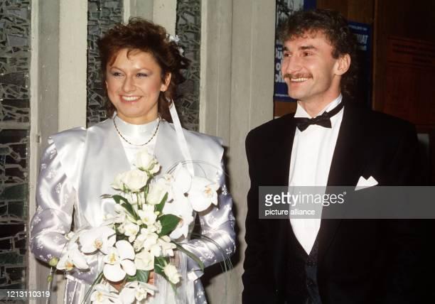 Der deutsche FußballNationalspieler Rudi Völler und seine Braut Angela Drescher während der kirchlichen Hochzeit am 22 Dezember 1985 in der St Konrad...