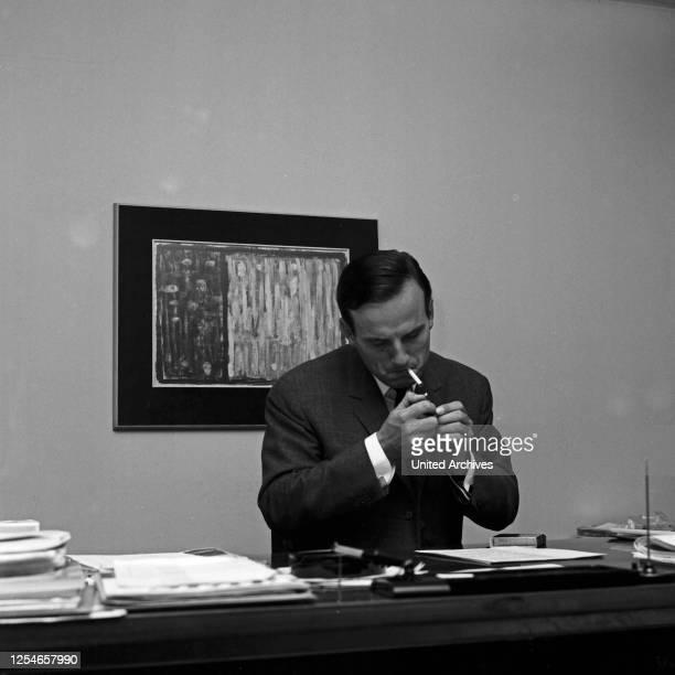 Der deutsche Historiker, Herausgeber und Autor Joachim Clemens Fest in seinem Büro, Deutschland 1960er Jahre.