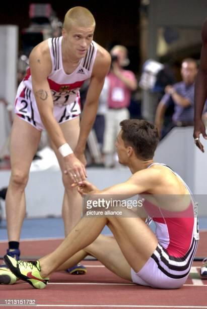 Der deutsche Hürdensprinter Falk Balzer reicht am 25.8.1999 bei den Leichtathletik-Weltmeisterschaften in Sevilla seinem Kollegen Florian Schwarthoff...