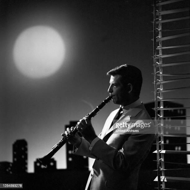 """Der deutsche Klarinettenspieler Rolf Dahn in der Fernsehshow """"Musik, Musik, Musik"""", Anfang der 1960er Jahre."""
