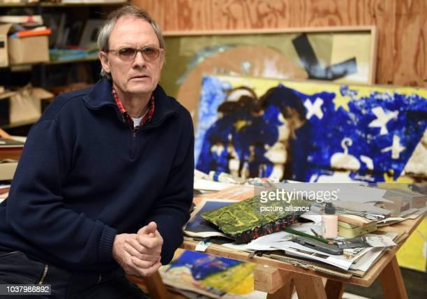EXCLUSIV Der deutsche Künstler Felix Droese posiert am in Mettmann bei einem Fototermin in seinem Atelier an einem Tisch mit Kunstwerken Im Rahmen...