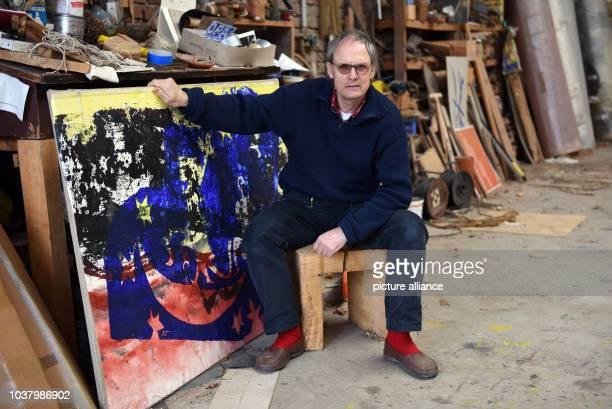 EXCLUSIV Der deutsche Künstler Felix Droese posiert am in Mettmann bei einem Fototermin in seinem Atelier neben einem Bild Im Rahmen der Ausstellung...