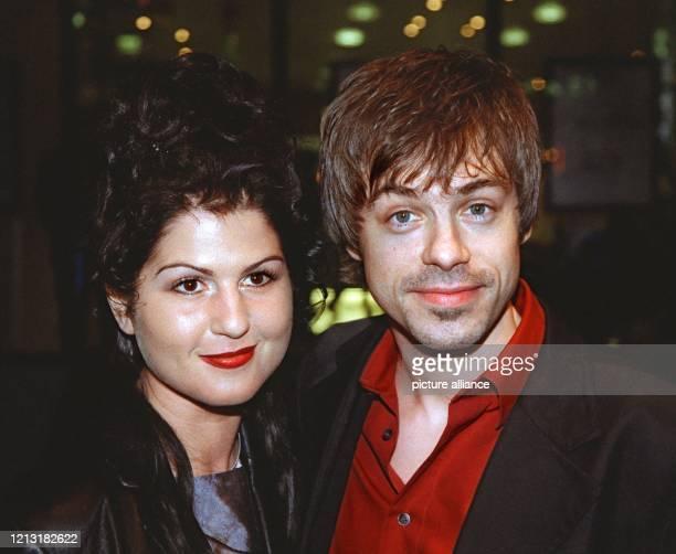 Der deutsche Komiker Michael Mittermeier und seine nicht identifizierte Begleiterin am 4.3.1999 in Hamburg bei der Verleihung des deutschen...