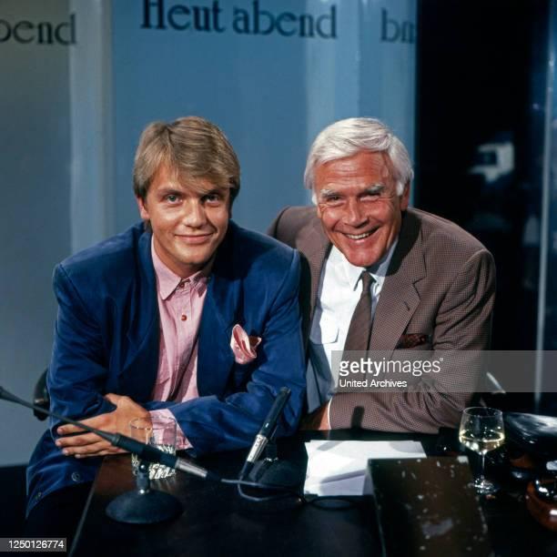 """Der deutsche Komiker, Schauspieler und Moderator Hape Kerkeling zu Gast bei Joachim Fuchsberger in dessen Talkshow """"Heut'abend"""", Deutschland 1980er..."""