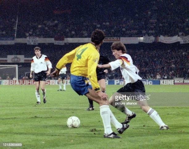 Der deutsche Mittelfeldspieler Lothar Matthäus versucht den brasilianischen Abwehrspieler Ricardo Gomes auszuspielen. Die deutsche...