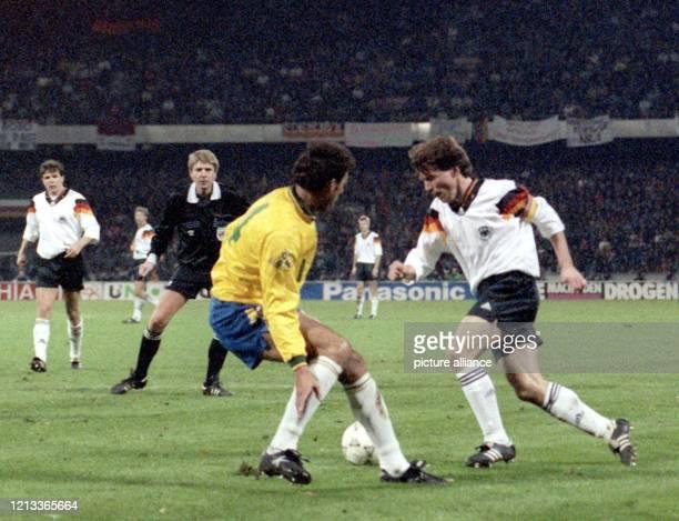 Der deutsche Mittelfeldspieler Lothar Matthäus versucht vor den Augen des dänischen Schiedsrichters Jan Damgaard den brasilianischen Abwehrspieler...