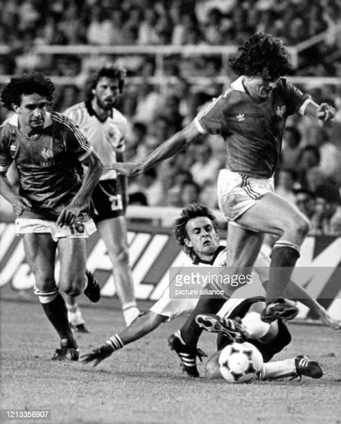 Der deutsche Mittelfeldspieler Pierre Littbarski trennt Frankreichs Stürmer Didier Six mit einem Tackling vom Ball Deutschlands Abwehrspieler Manfred...