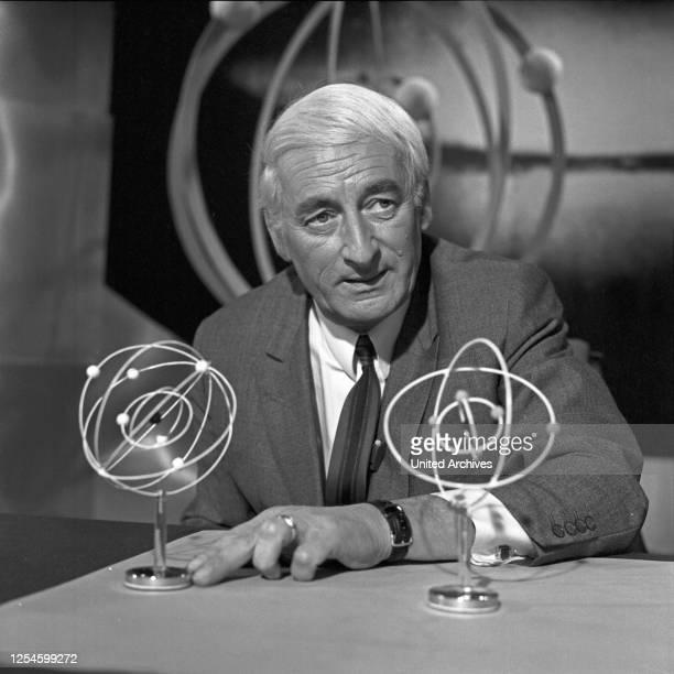Der deutsche Physiker, Raumfahrtmediziner, Schriftsteller und Fernsehmoderator Heinz Haber, Deutschland Ende 1960er Jahre.