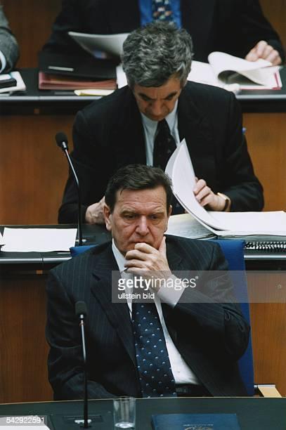 Der deutsche Politiker und Bundeskanzler Gerhard Schröder mit nachdenklichem Gesichtsausdruck bei der Regierungserklärung am im Deutschen Bundestag