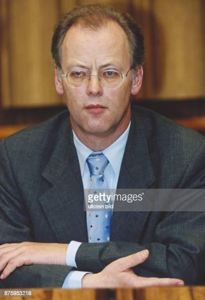 Der deutsche Politiker und Verteidigungsminister Rudolf Scharping bei einer Pressekonferenz zum Kosovo-Konflikt. .