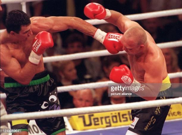 Der deutsche Profiboxer Axel Schulz aus Frankfurt/Oder kassiert eine wuchtige Linke des Ukrainers Wladimir Klitschko. Schulz verliert am 25.9.1999 in...
