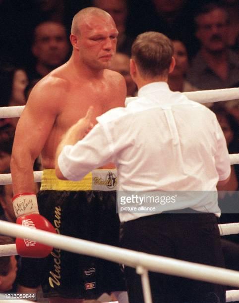 Der deutsche Profiboxer Axel Schulz aus Frankfurt/Oder wird vom belgischen Ringrichter Daniel van der Wiele angezählt, nachdem Schulz am Boden war....