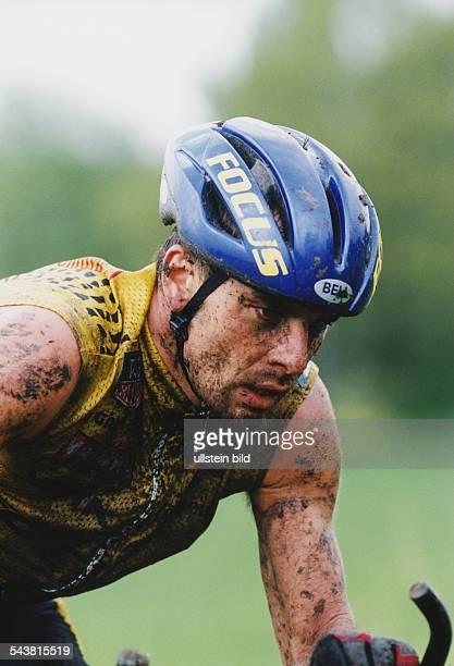 Der deutsche Radprofi Mike Kluge mit Dreck bespritzt bei einem Querfeldeinrennen