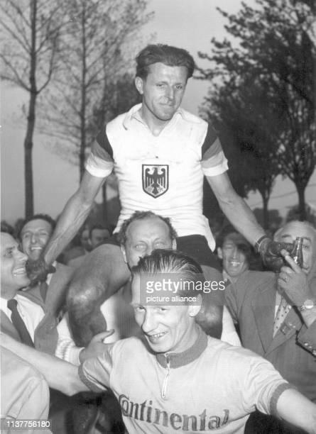 Der deutsche RadsportProfi Heinz Müller gewinnt am in Luxemburg die Weltmeisterschaft im Straßenrennen Er hat gerade als erster Deutscher die...