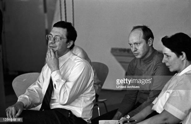 """Der deutsche Regisseur Egon Monk bei der Inszenierung von """"Die Räuber"""" von Friedrich Schiller, Deutschland 1960er Jahre."""