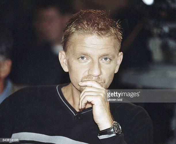 Der deutsche Regisseur Sönke Wortmann stützt mit nachdenklichem Gesichtsausdruck das Kinn auf seine Hand Aufgenommen September 1999