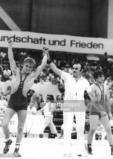 Der deutsche Ringer Dieter Schwind besiegte am 1671982 bei den Europäischen Ringermeisterschaften der Junioren in Leipzig den Bulgaren Nentcho...