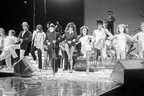 """Der deutsche Rockmusiker Udo Lindenberg beim Konzert zu seiner LP """"Dröhnland Symphonie"""" im Operettenhaus in Hamburg, Deutschland Ende 1970er Jahre."""