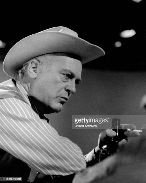 """Der deutsche Schauspieler Curd Jürgens als Cowboy im Saloon im TV Porträt """"Schauspieler sind Schauspieler"""", Deutschland 1960er Jahre."""