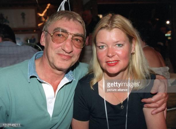 Der deutsche Schauspieler Gottfried John legt am Abend des 1991999 in Käfers Wiesnschänke auf dem 166 Münchner Oktoberfest den Arm um seine Ehefrau...