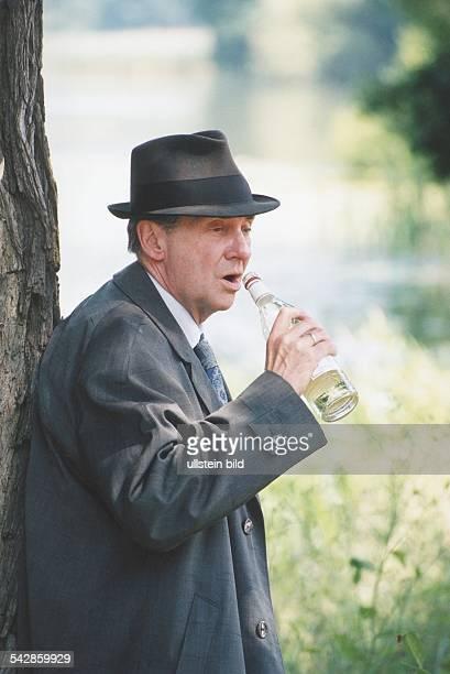 Der deutsche Schauspieler Harald Juhnke als Alkoholiker in der Rolle des Erwin Sommers in dem deutschen Fernsehfilm Der Trinker Er hält sich eine...