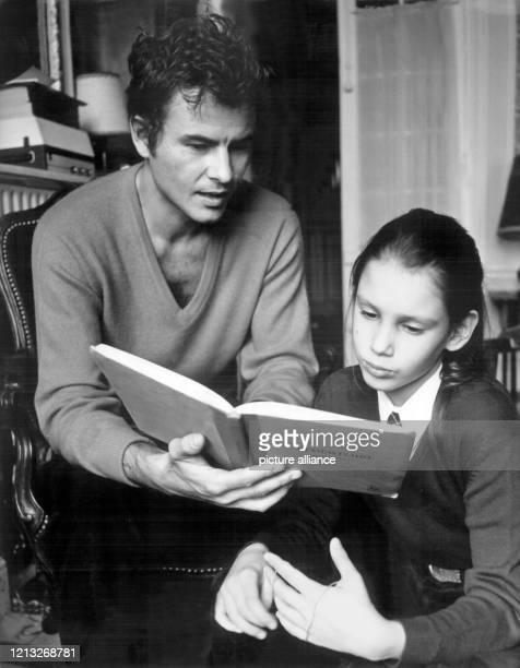 """Der deutsche Schauspieler hilft seiner Tochter Beatrice bei den Hausaufgaben . Horst """"Hotte"""" Buchholz wurde am 4. Dezember 1933 in Berlin geboren...."""
