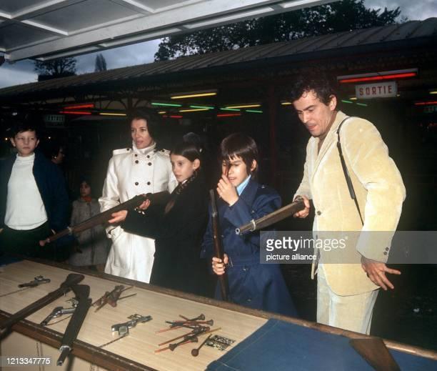 """Der deutsche Schauspieler Horst Buchholz mit seiner Frau Myriam und den Kindern Beatrice und Christopher an einer Schießbude . Horst """"Hotte"""" Buchholz..."""