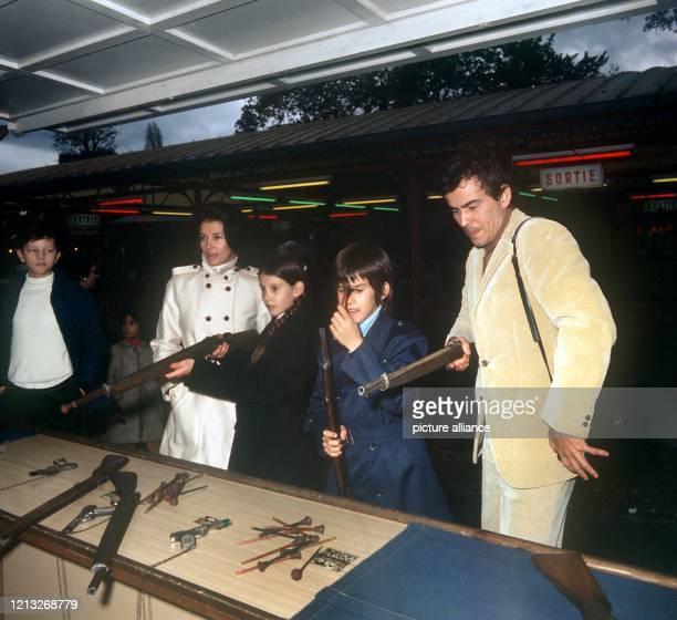 """Der deutsche Schauspieler mit seiner Frau Miriam und den Kindern Beatrice und Christopher an einer Schießbude . Horst """"Hotte"""" Buchholz wurde am 4...."""