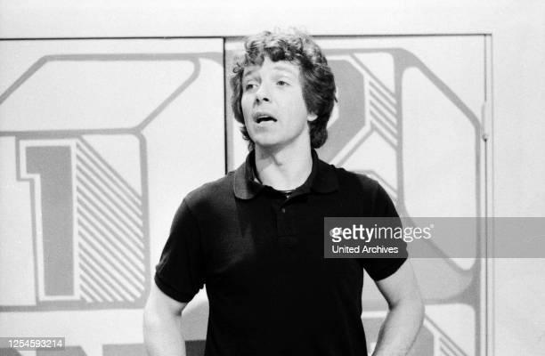 Der deutsche Schauspieler Moderator Sänger und Buchautor Michael Schanze als Leiter der ZDF Kinderquizshow 1 2 oder 3 Ende 1970er Jahre