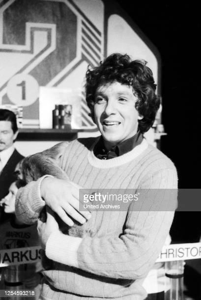 """Der deutsche Schauspieler, Moderator, Sänger und Buchautor Michael Schanze als Leiter der ZDF Kinderquizshow """"1, 2 oder 3"""", Ende 1970er Jahre."""