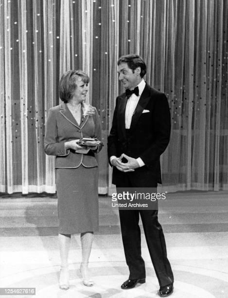 """Der deutsche Schauspieler, Sänger und Entertainer Harald Juhnke mit Barbara Schöne im ZDF Wunschkonzert """"Musik ist Trumpf"""", Deutschand 1980er Jahre."""