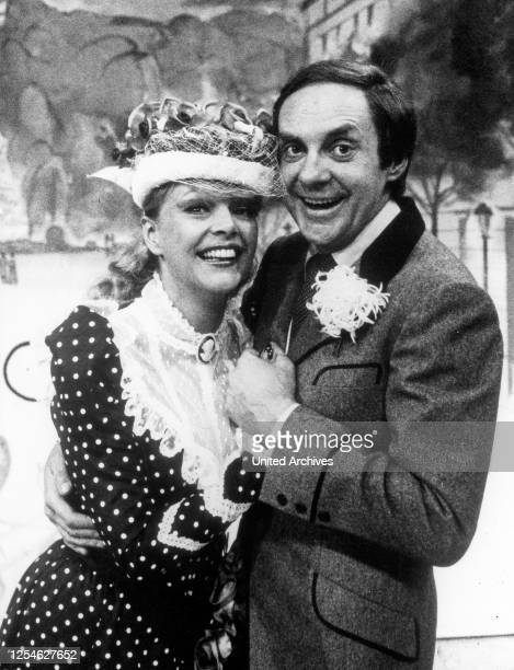 """Der deutsche Schauspieler, Sänger und Entertainer Harald Juhnke mit Barbara Schöne im ZDF Wunschkonzert """"Musik ist Trumpf"""", Deutschand 1970er Jahre."""