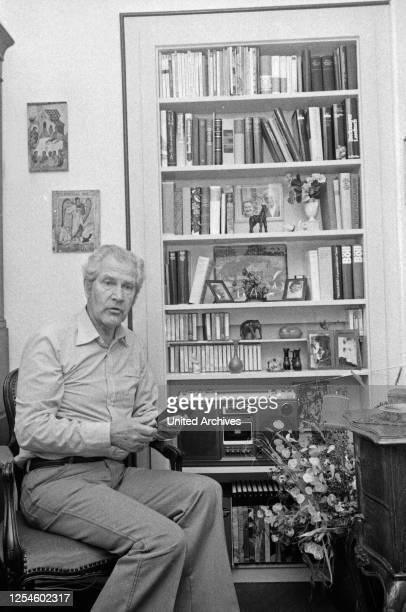 Der deutsche Schauspieler, Synchron- und Hörspielsprecher Ernst von Klipstein sitzt in seinem Wohnzimmer, Hamburg Ende 1970er Jahre.