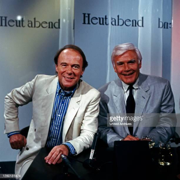 """Der deutsche Schauspieler und Chansonnier Michael Heltau zu Gast bei Joachim Fuchsberger in der Talkshow """"Heut' abend"""", Deutschland 1980er Jahre."""